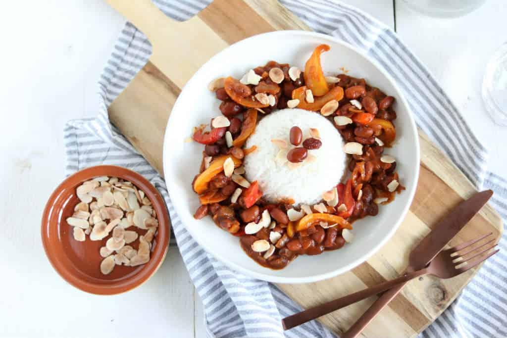 vegetarische pilav met bonen, noten en rozijnen