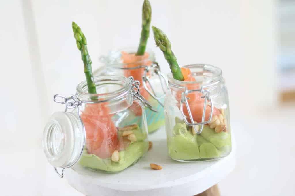 Amuse met groene aspergetips, zalm en avocado