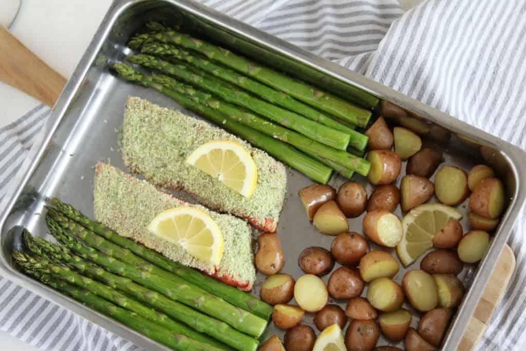 Groene asperges met zalm uit de oven