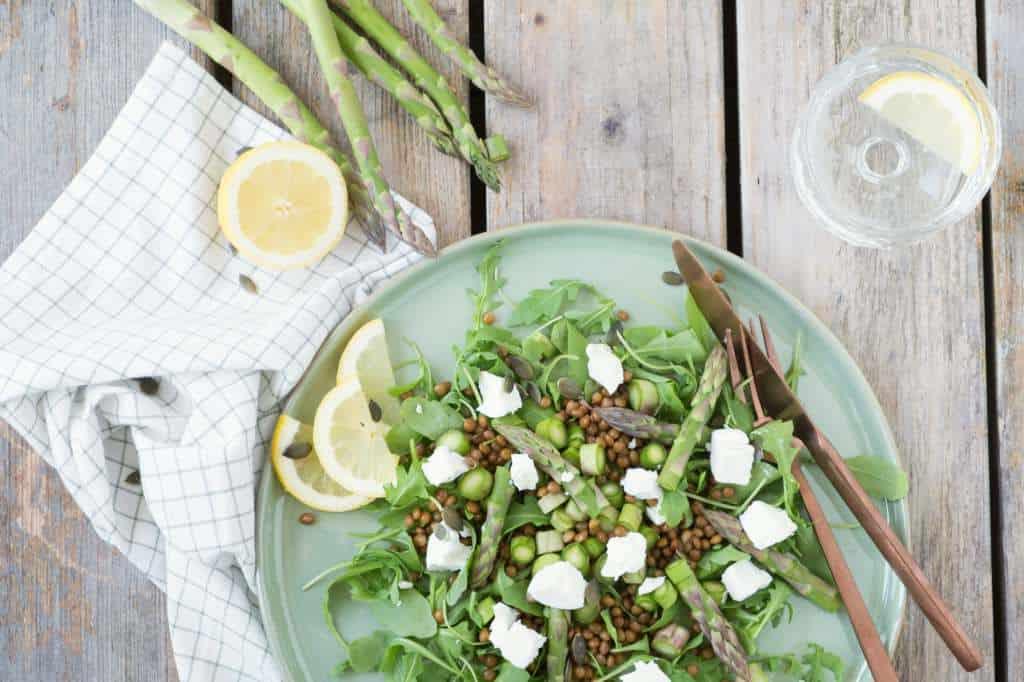 Een lichte maaltijd salade met groene asperges en geitenkaas. Binnen 20 minuten zet je een voedzame maaltijd op tafel zonder te koken!