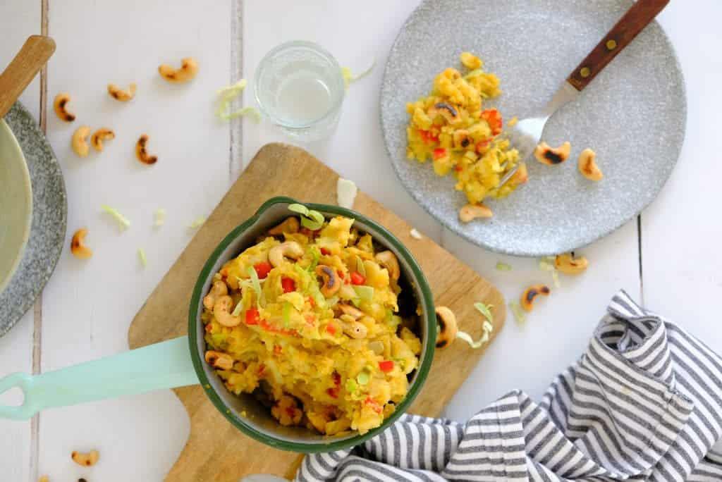 Een spitskool stamppot met cashewnoten. Een vegetarische stamppot met een oosterse twist door het gebruik van kerrie, koriander en sojasaus.