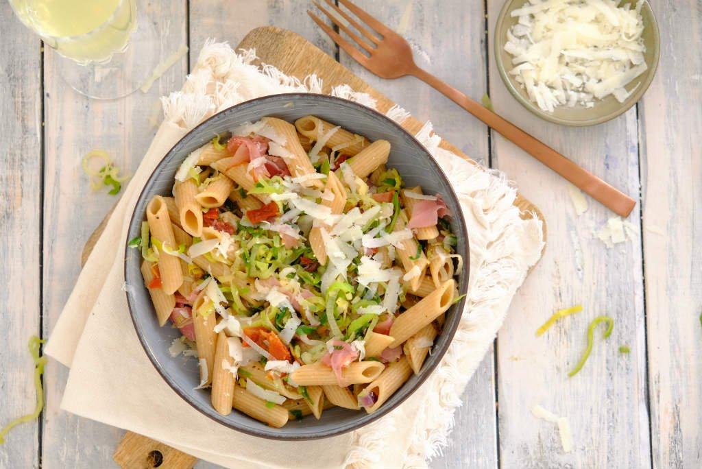 Pasta met prei en ham. Deze makkelijke maaltijd staat binnen 20 minuten op tafel.