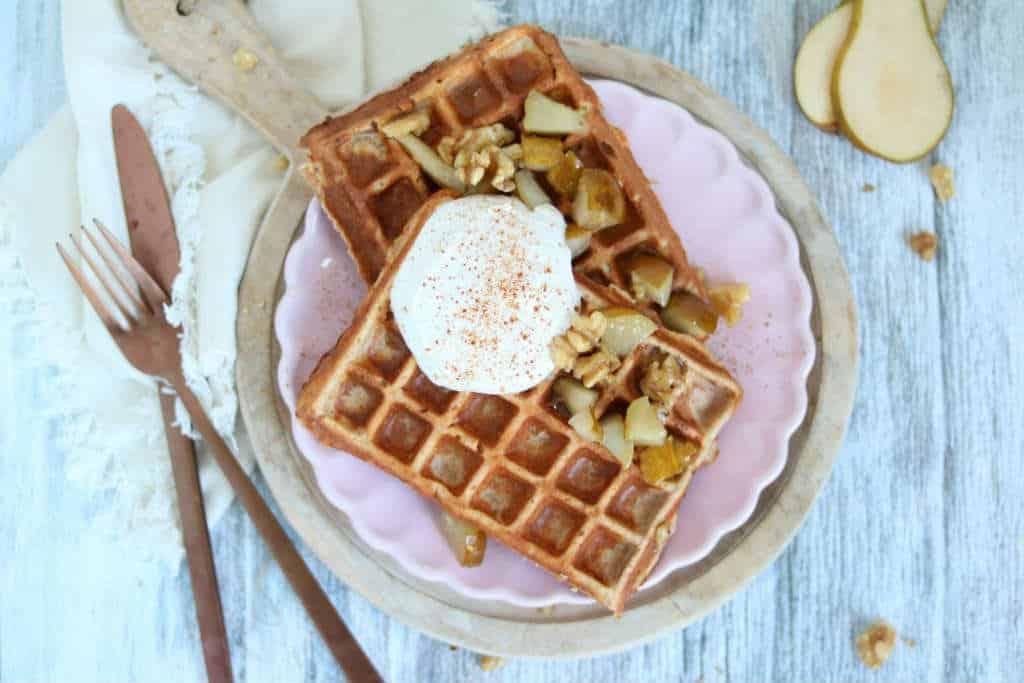 Een verwen recept voor het weekend: kwark ontbijtwafels met peer, honing en walnoten. Van het ontbijt maak je een feestje met deze ontbijtwafels.