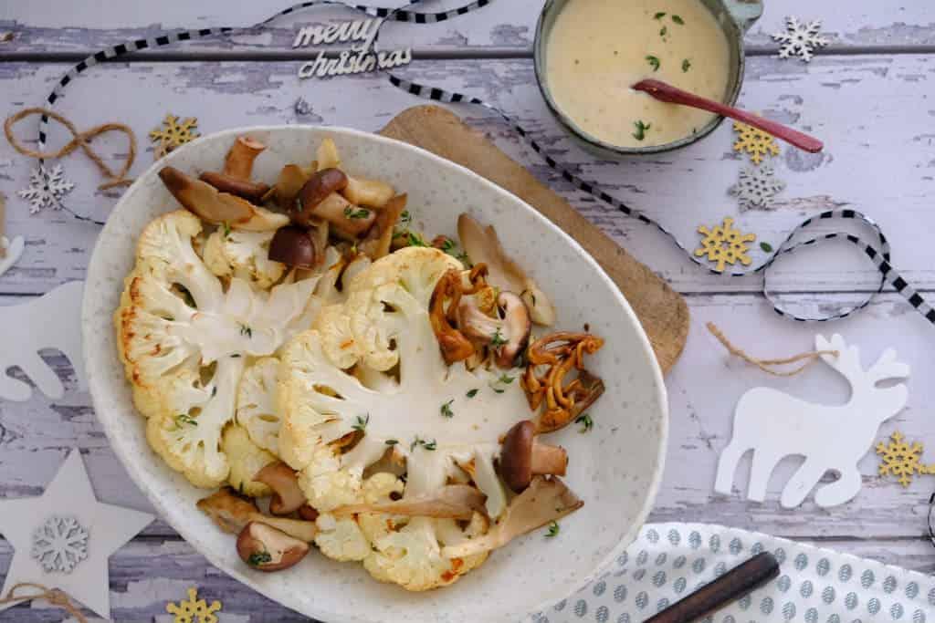 Voor deze kerst staan bloemkoolsteaks met champignon roomsaus op het programma voor een vegetarisch hoofdgerecht of bijgerecht.