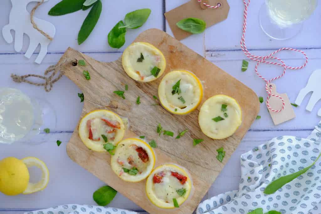 Gebakken citroenen uit de oven van Jamie Oliver is een lekker fris hapje dat de smaakpapillen prikkelt. De vulling bestaat uit mozzarella, ham en tomaat.