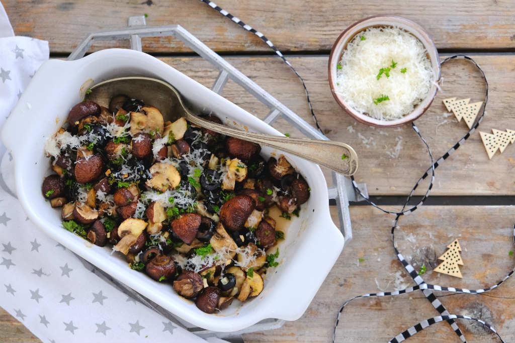 Geroosterde champignons uit de oven. Een heerlijks smakelijk bijgerecht voor bij vlees, vis of vega. Dit recept kan niet mislukken.