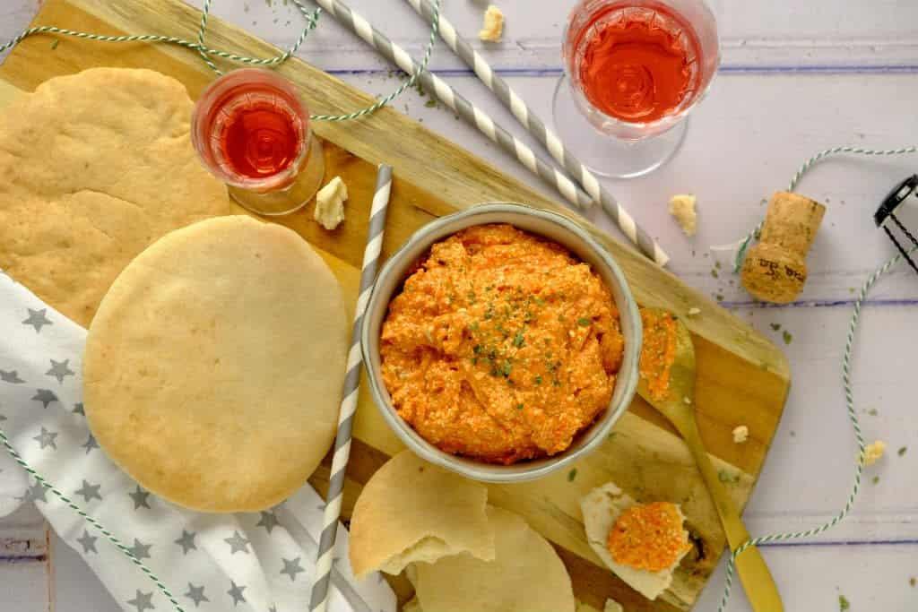 Een vegetarisch hapjes recept. Serveer geroosterd pitabrood bij de geroosterde paprika en feta dip. De combinatie is klassiek en altijd goed.