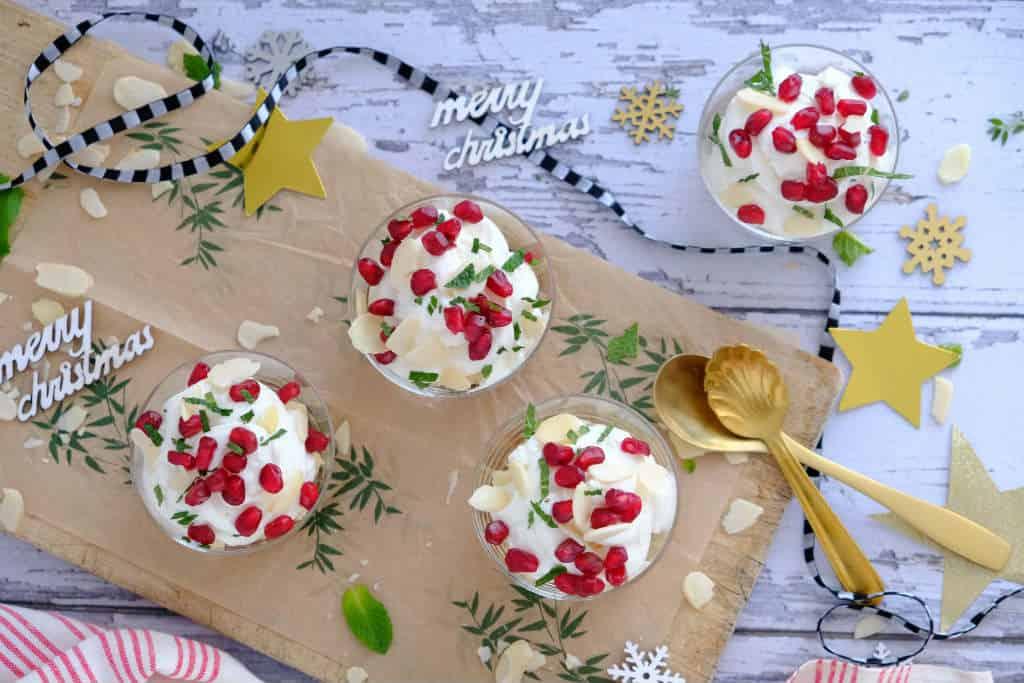 Italiaanse hangop maak je met volle yoghurt en ricotta. Dit toetje bereid je makkelijk voor tijdens kerst of diner. Lekkker met koek, munt en granaatappel.