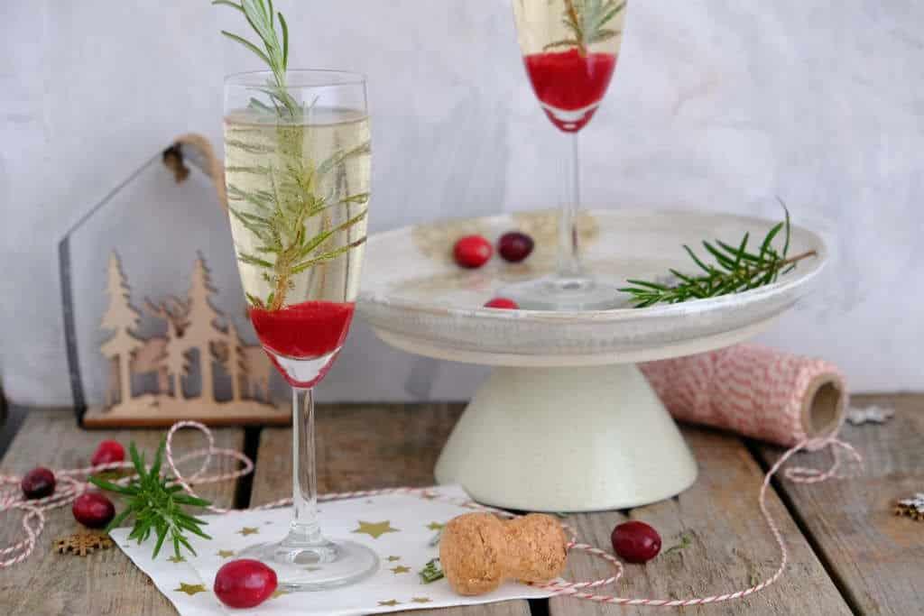 Voor deze kerstcocktail met prosecco maak je zelf een cranberry siroop. Dat klinkt misschien ingewikkeld, maar dat is het recept zeker niet.