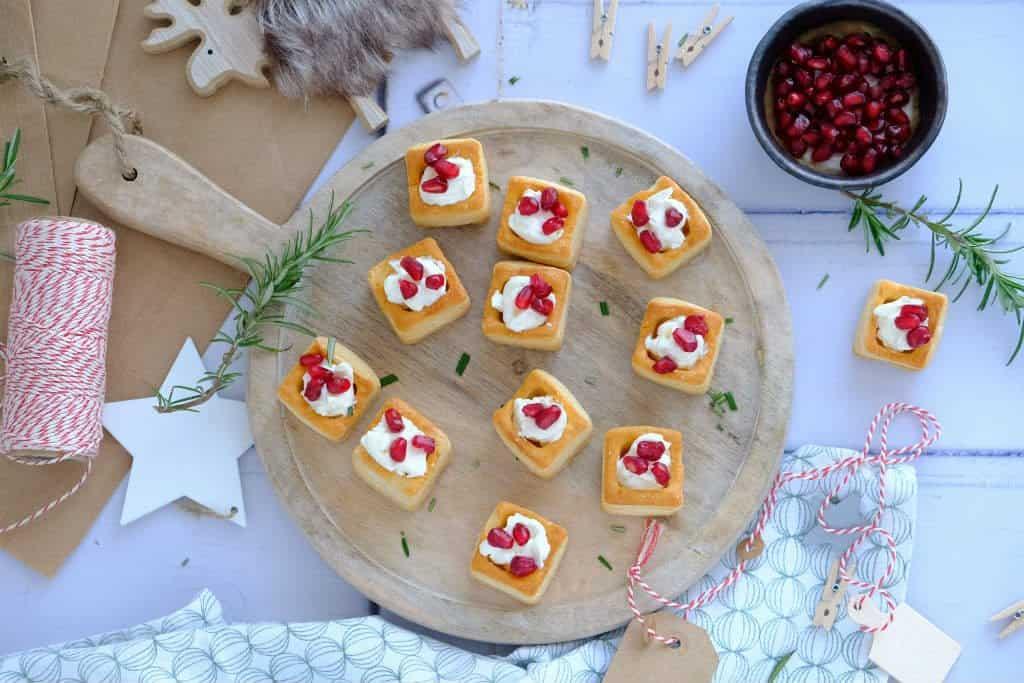 Mini pastei bakjes met roomkaas en granaatappelpitjes zijn een lekker hapje om het kerstdiner mee te starten.