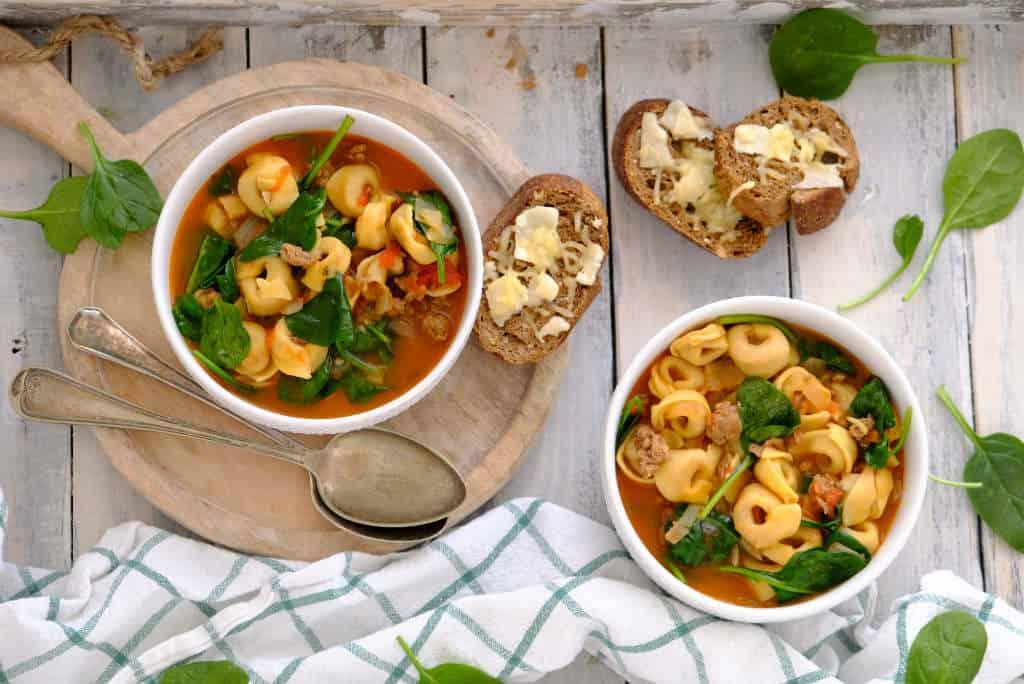 Low-budget gerechten is een nieuwe categorie op de blog. Dit goedkope recept van tortellini soep met spinazie en worst past hier perfect bij. Een flink gevulde maaltijdsoep.