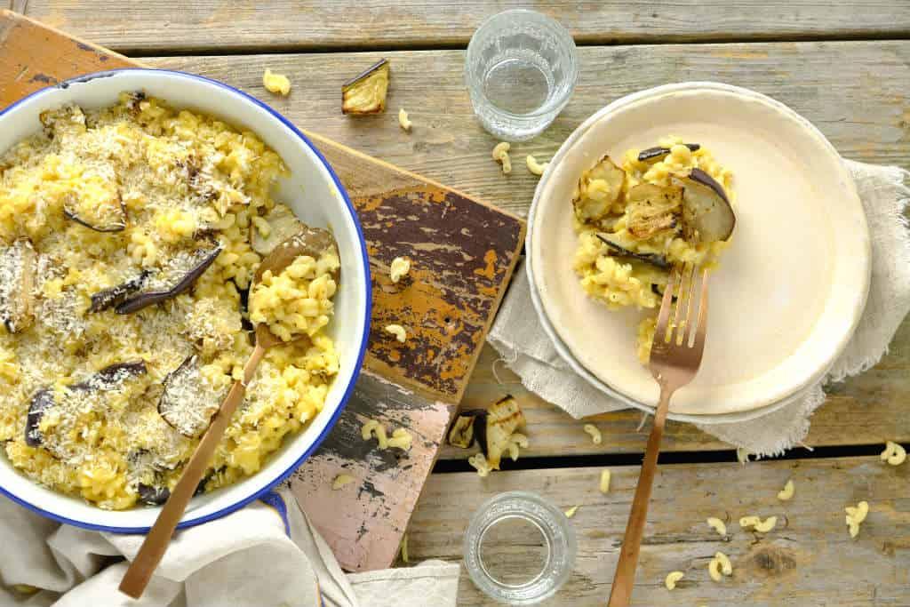Een gezondere mac en cheese met aubergine. De kaassaus maak je met Griekse yoghurt, kookvocht van de pasta en kaas. Het vlees is vervangen door aubergine. #pasta #vegetarisch #macandcheese