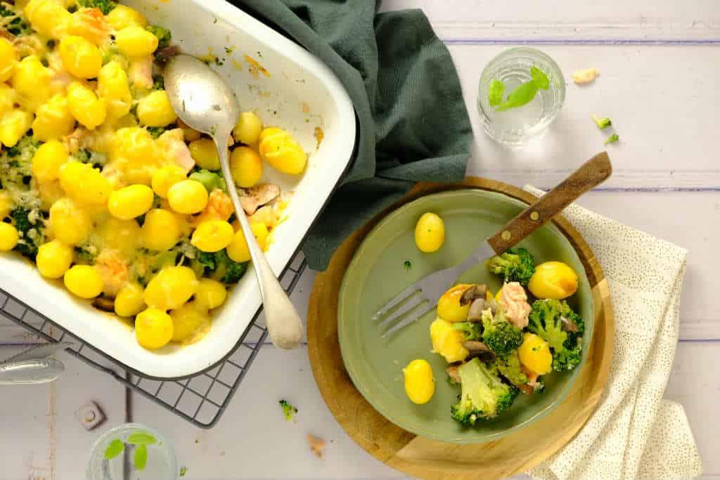 Dit recept van een ovenschotel met broccoli en zalm is heerlijk voor doordeweeks. Met een kleine voorbereiding zet je deze makkelijke ovenschotel zo op tafel.