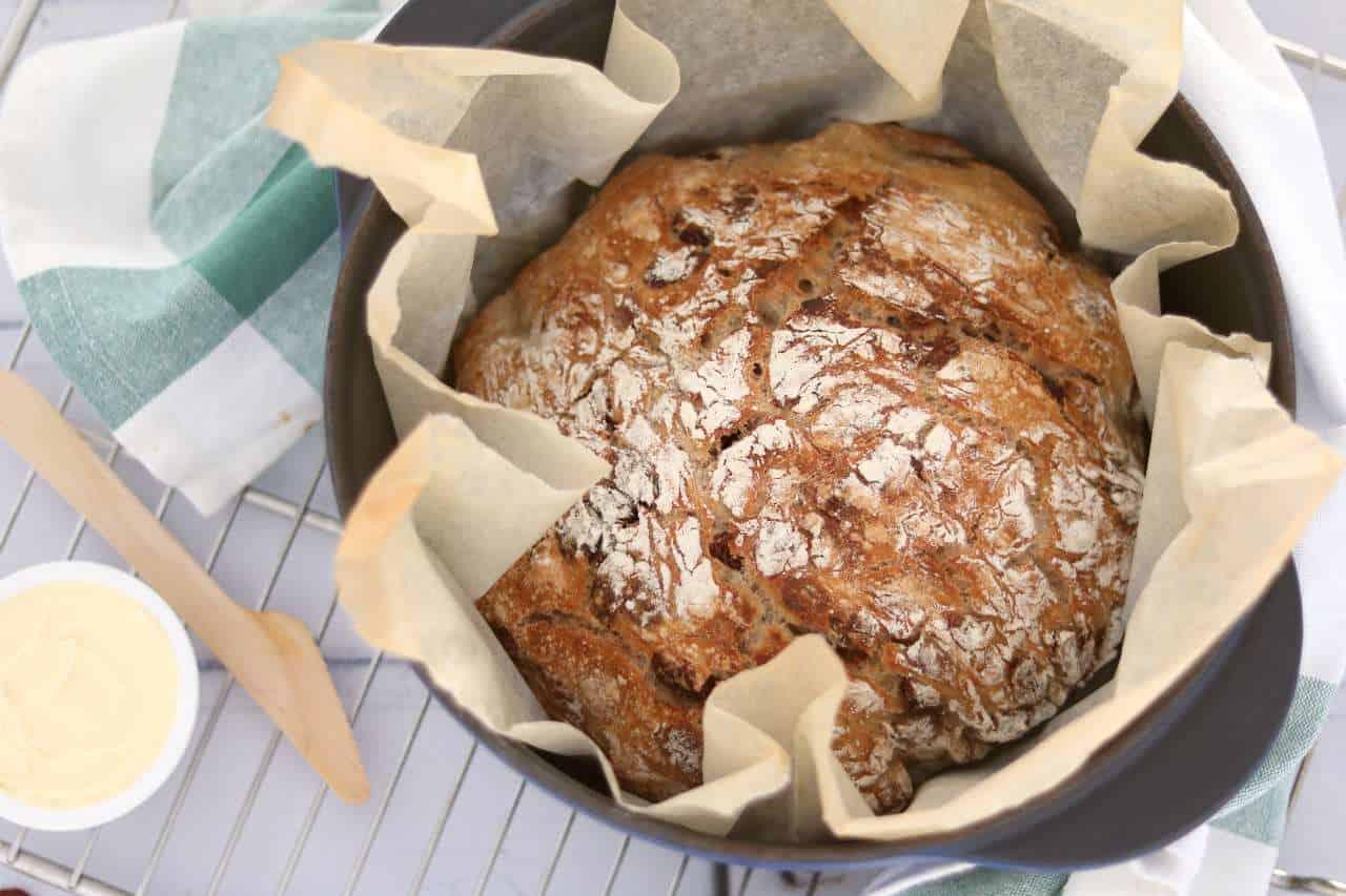 Met 6 ingrediënten maak je zelf brood zonder te kneden. Dit cranberry notenbrood kan niet mislukken. Probeer dit brood recept snel eens uit! #ontbijt #nokneadbread