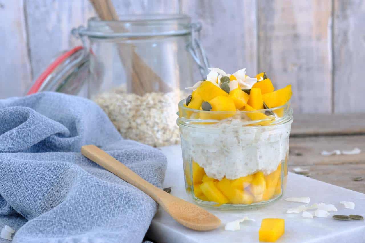 Overnight oats kokos en mango. Binnen 5 minuten staan er twee ontbijtjes voor je klaar. Lekker met Griekse yoghurt, havermout, kokosmelk en mango.