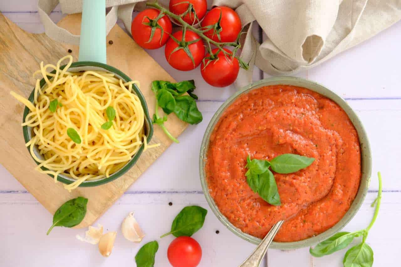 Snelle pastasaus uit de blender. Binnen 5 minuten is deze basis pastasaus klaar, gemaakt met verse ingrediënten. Kijk snel op de blog voor het recept.