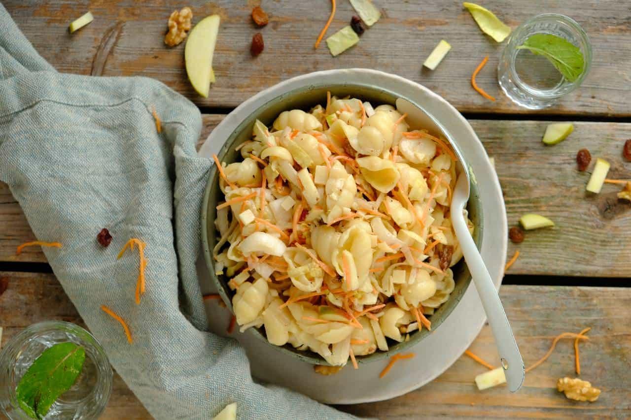 Witlofsalade met pasta is een goed vullende maaltijdsalade met rauwe witlof, wortel, kaas, rozijnen en appel met een frisse yoghurt dressing.