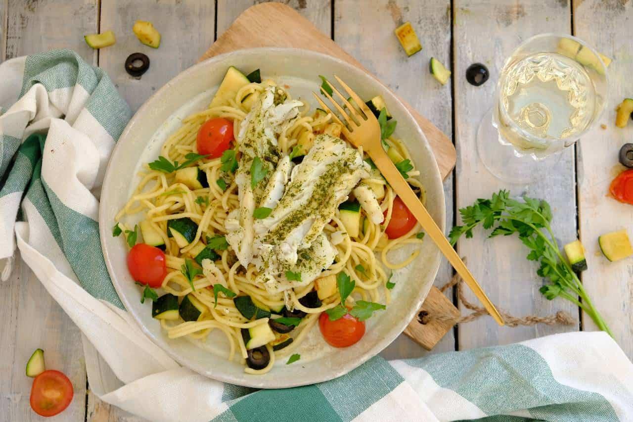 Spaghetti met kabeljauw is een makkelijk vis recept voor doordeweeks. Lekker met courgette, cherry tomaatjes en olijven.