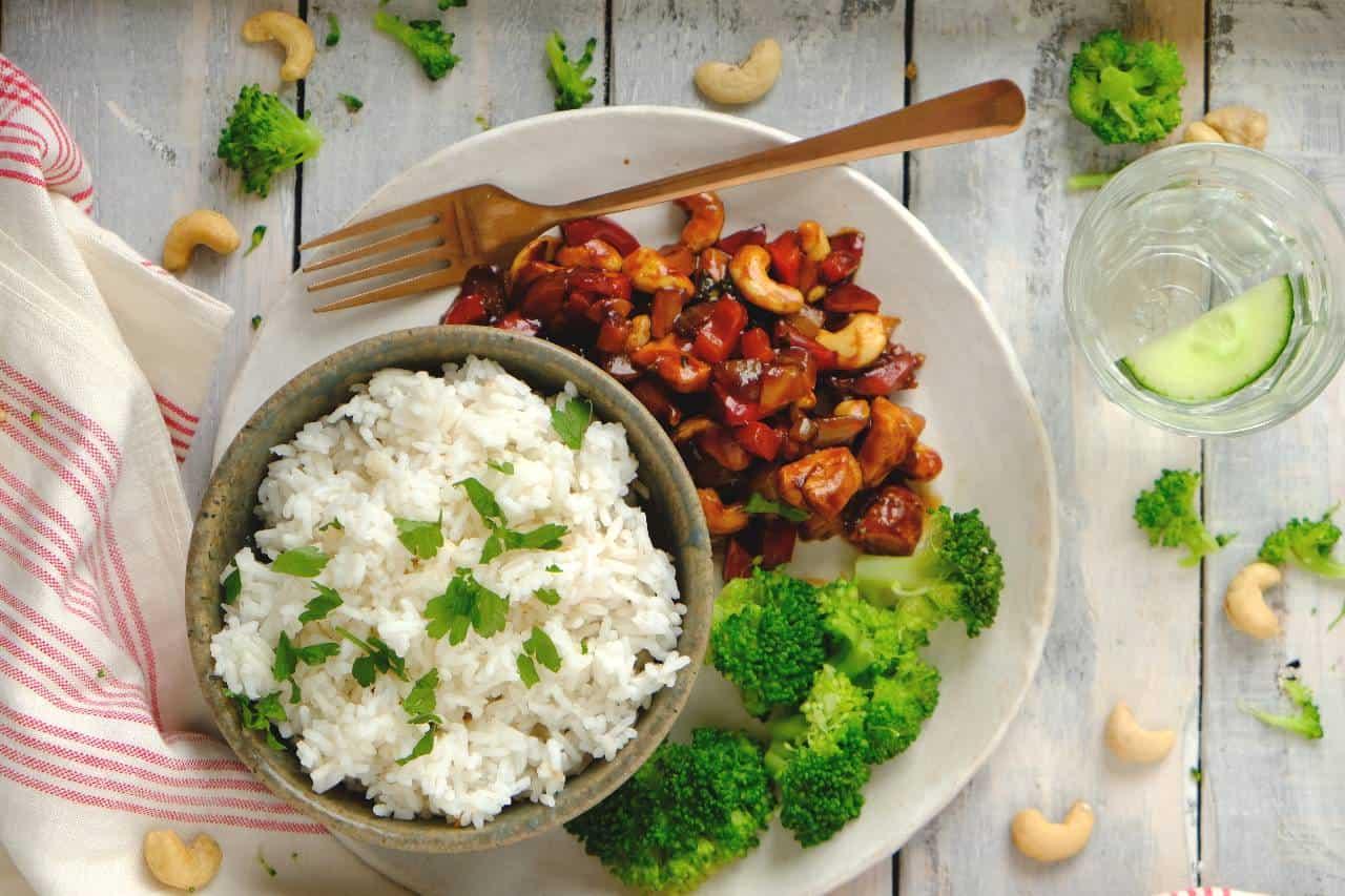 Kip cashew met broccoli is een Wereldgerecht dat je makkelijk zelf maakt en binnen 30 minuten op tafel staat. Het gerecht is smaakvol en boordevol groente.
