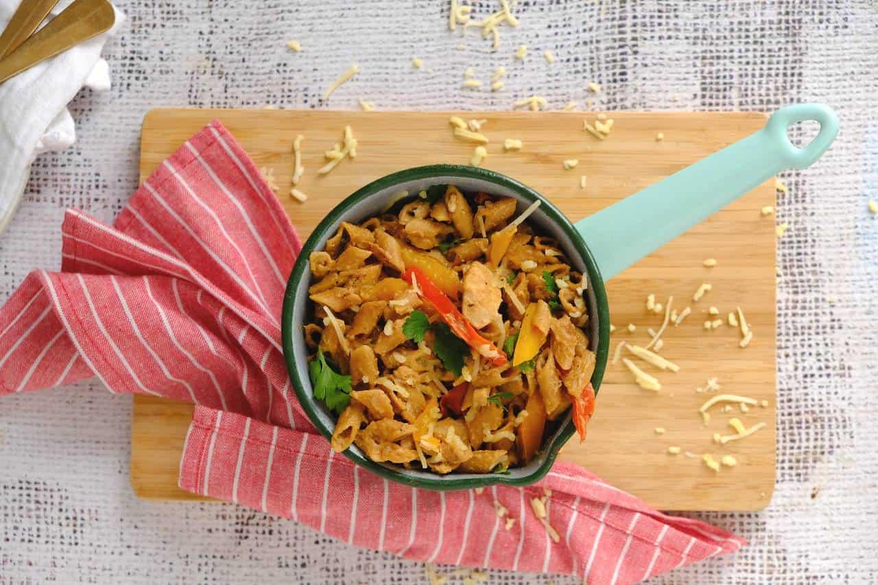 Kip fajitas pasta. Een eenpansgerecht met pasta, kip en paprika
