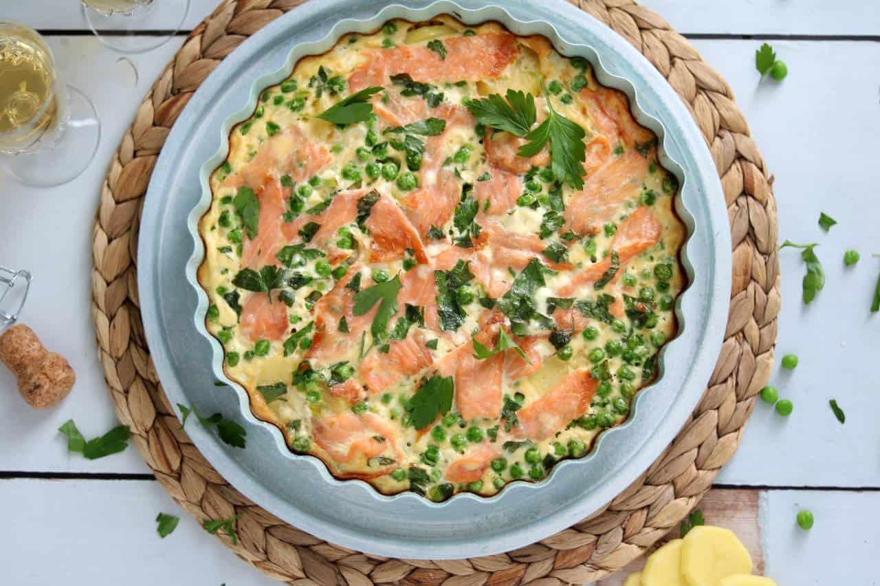 Frittata met aardappel en gerookte zalm is een lekker borrelhapje voor bij een feestje of verjaardag. De frittata maak je in zijn geheel in de oven.