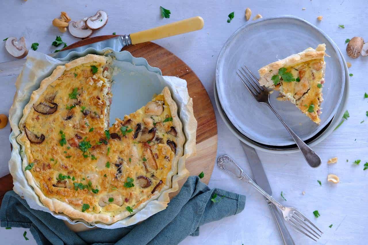 Een hartige taart met kip en Boursin, champignons, spekjes, pesto en cashewnoten. Deze quiche lust iedereen en ideaal voor een etentje.