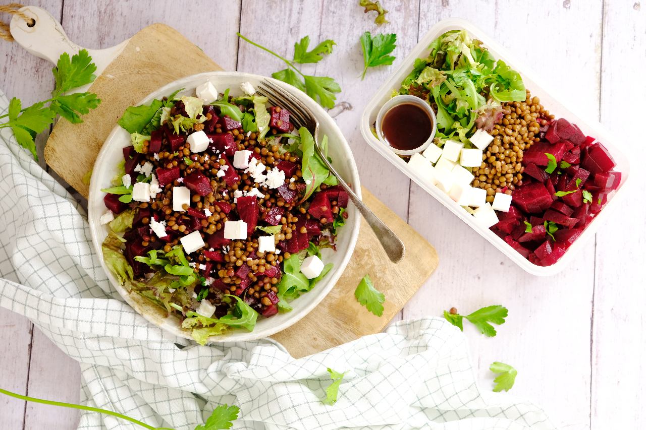 Gezonde lunch salade met biet, feta en linzen