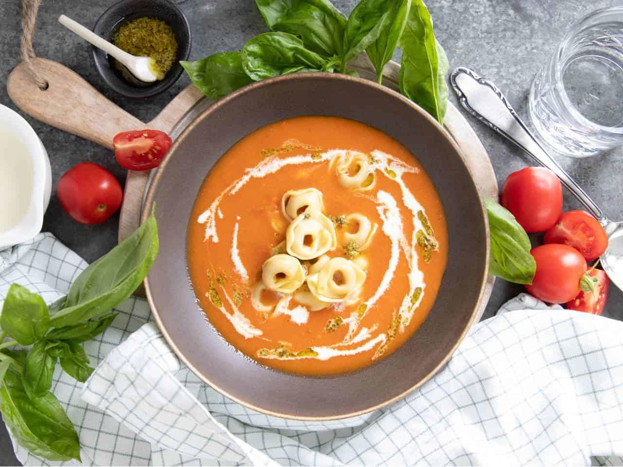 Italiaanse tomatensoep met tortellini, tomatensoep maken, Italiaanse soep, tomatensoep met verse tomaten, recept tomatensoep, recept Italiaanse tomatensoep