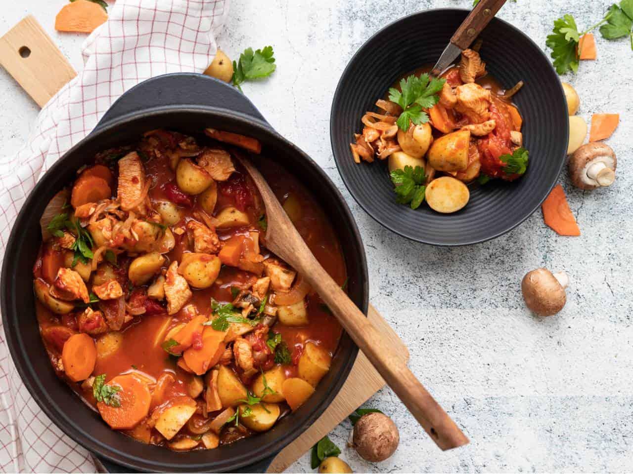 Stoofpotje met kip, kip stoofpotje, stoofschotel met kip, champignons en aardappelkrieltjes.