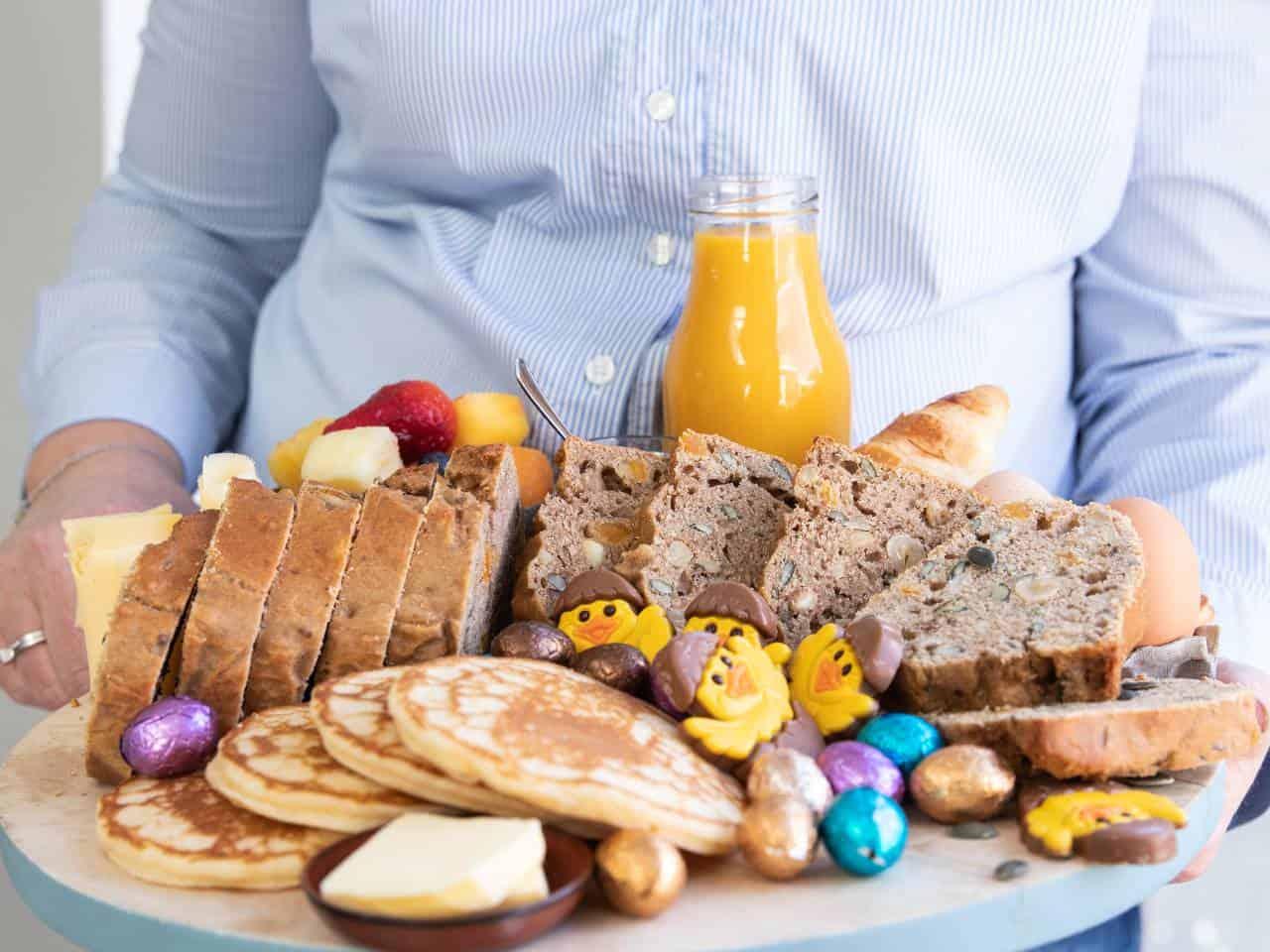 Notenbrood op een ontbijtplank, borrelplank met ontbijt, zelfgemaakt brood zonder kneden en rijzen