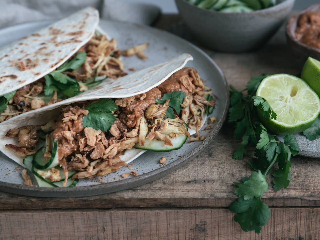 Wraps met pulled chicken. Probeer deze kipsaté marinade, succes verzekerd. Kipsate recepten met wraps en zoetzure komkommer.