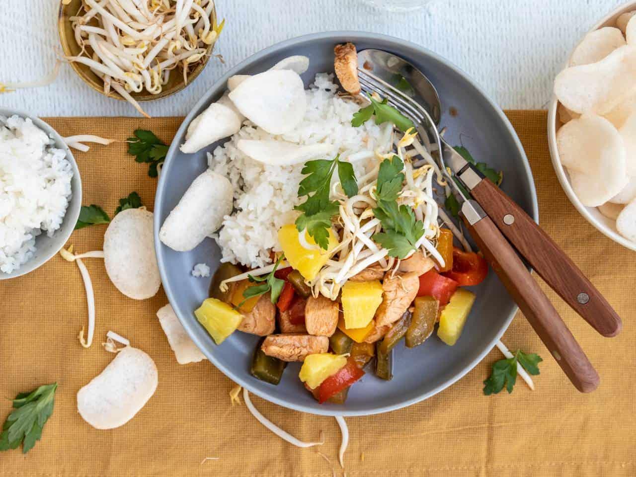 Zoet zure kip met ananas en rijst.