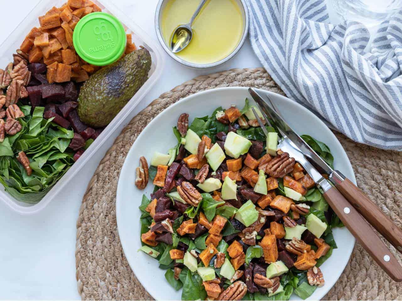 Bietensalade met zoete aardappel, spinazie, pecannoten en avocado